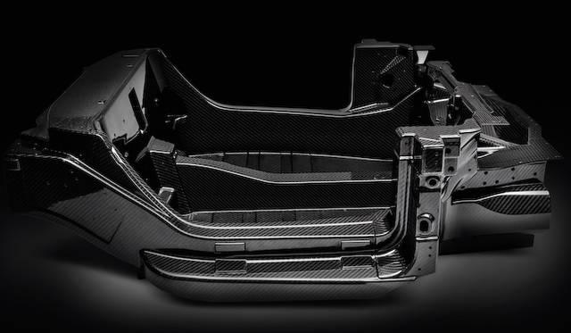 車両ボリューム全体の25パーセントを占めるカーボンモノコックタブは、たった65kgという軽量のもの