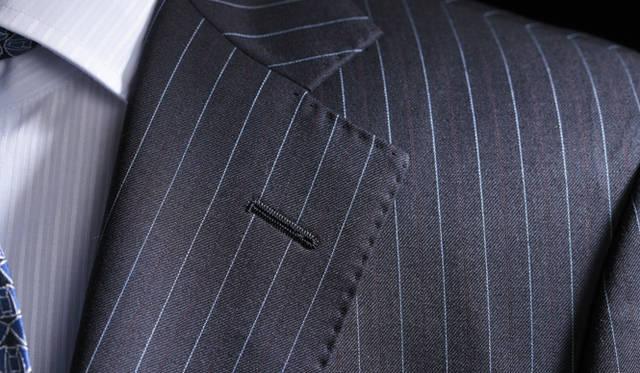 ジャケット生地のレイヤーのなかから浮かび上がるレッドのストライプは本年度から採用されたもの。ライトブルーのストライプとネイビーのコントラストに深みをプラスする