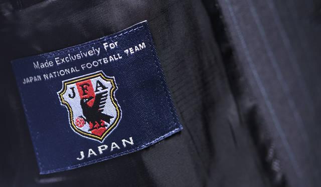 ジャケットの裏側には、サッカー日本代表チームのエンブレムを縫いつけてある。スーツにおいて公式を謳えるのはダンヒルだけだ