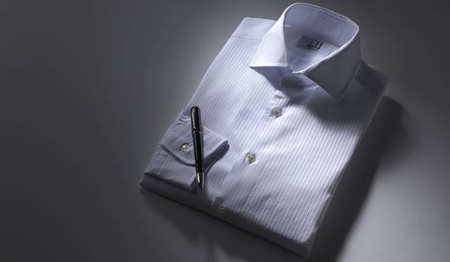 ホワイトドビーストライプのシャツは、良質の綿糸を100パーセント使用して織られているため、天然素材が本来もっている穏やかな光沢がある。シャツ2万9400円、ペン3万8850円(ともにダンヒル/リシュモン ジャパン)
