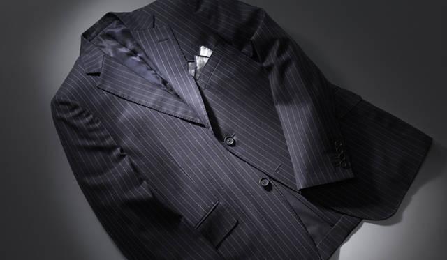 セントジェームス・フィットで製作されたジャケット。ネイビーの生地にライトブルーと生地に沈み込むようなレッドのオルタネイトストライプが入る。ジャケット19万9500円※スーツ価格、チーフ9975円(ともにダンヒル/リシュモン ジャパン)