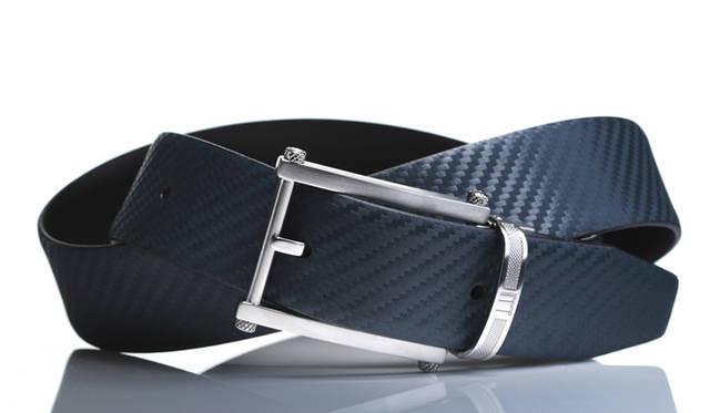 ダンヒルのシグネチャーでもあるカーボンファイバーを模して製作した「シャーシレザー」を使用。裏面にはスムースカウハイドレザーを配しており、リバーシブルでの使用が可能。バックルはヘアライン加工とポリッシュ加工を組み合わせており、金属加工技術の高さがうかがえる。ベルト2万9400円(ダンヒル/リシュモン ジャパン)