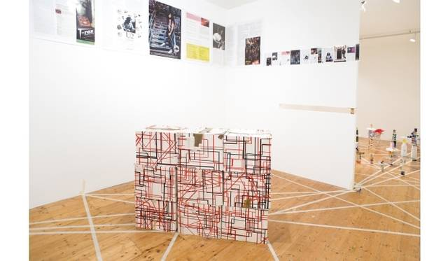 <strong>ART|『六本木クロッシング2013展:アウト・オブ・ダウト-来たるべき風景のために』</strong><br /> 高坂正人 《ANOTHER PROPOSITIONAL MODEL FOR THE EVERYTHING ALWAYS ALREADYMADE WANNABE STUDIO MASATOTECTURES MUSEUM OF FOUND REFRACTIONS 1994-2012 (r)eternal return to productopia-almost everything all at once, twice three times (in four parts…)》 2012年 ミクストメディア、ファウンド・オブジェクト、パイン材、MDF板、ライトボックス サイズ可変 展示風景:「高坂正人:ALMOST EVERYTHING ALL AT ONCE, TWICE, THREE TIMES (IN FOUR PARTS)」ガートルード・コンテンポラリー、メルボルン Photo: Jake Walker