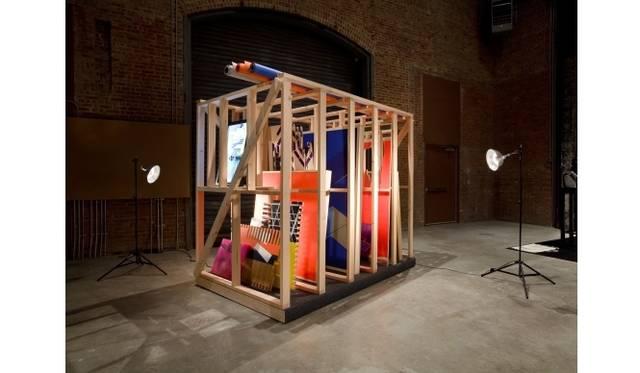 <strong>ART|『六本木クロッシング2013展:アウト・オブ・ダウト-来たるべき風景のために』</strong> 田島美加《エキストラ》 2010年 木、カンバス、アクリル絵具、シルクスクリーン、鏡面アルミ、紙、アクリル板、MDF、エナメルスプレー、ビデオモニター、フォルミカ、ガラス、ライト 152.4×243.8×213.4 cm Photo: Jason Mandella Courtesy: Sculpture Center, New York