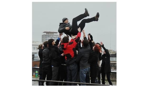 <strong>ART|『六本木クロッシング2013展:アウト・オブ・ダウト-来たるべき風景のために』</strong> 丹羽良徳 《ルーマニアで社会主義者を胴上げする》2010年 ビデオドキュメント(29分09秒)、テキスト Courtesy: Ai Kowada Gallery