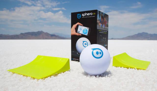 <strong>Orbotix|オルボティクス</strong> ロボティックボール・スマートトイ・ゲームシステム「sphero(スフィロ)2.0」 高速で走らせてジャンプを楽しめる「ジャンプ台」も同梱されている