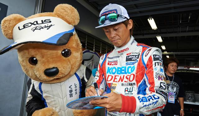 LEXUS TEAM SARDのピットも訪れ、脇阪寿一選手と石浦宏明選手にサインをもらって記念撮影