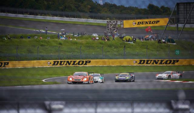 ダンロップコーナー付近に設置された特設レストランで、坂を駆け上ってくるレーシングカーを間近で観戦