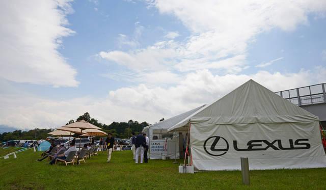 ダンロップコーナー付近に設置された専用の大型トランスポーターが特設レストランとなって参加者を出迎え