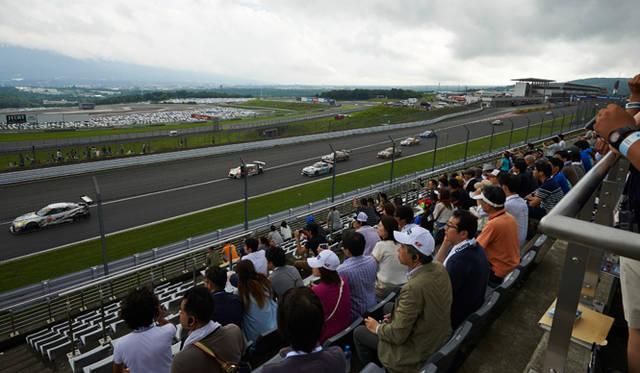 大迫力のサウンドとともに、全車両が我先にと飛び込む第一コーナーでの観戦