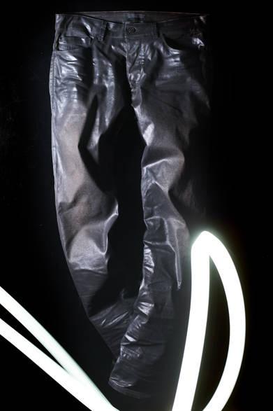 """<strong>DIESEL BLACK GOLD ディーゼル ブラック ゴールド</strong> 2013-14年秋冬メンズコレクション  <br />レザーパンツ 13万2300円  <br /><br /> <strong><a href=""""/gallery/319043"""">ディーゼル ブラック ゴールド メンズコレクションを見る</a></strong>"""