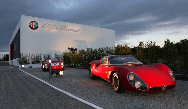 プレゼンテーションの会場のすぐ外で出迎えてくれたのは、伝説のスーパーカー、アルファ ロメオ「ティーポ33 ストラダーレ(奥)」と、そのレースバージョン(手前)