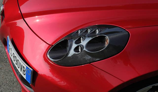 ヘッドライトのカーボンフレームはオプション