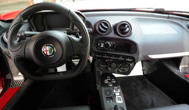 インテリアは豪華ではないが、イギリス車のようにストイック過ぎないあたりが、イタリアンセンスを感じさせる