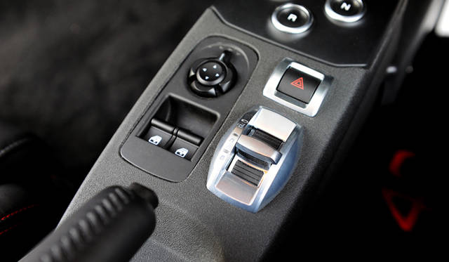 「アルファ ロメオ D.N.A.」と呼ばれるドライブモードのセレクトスイッチ