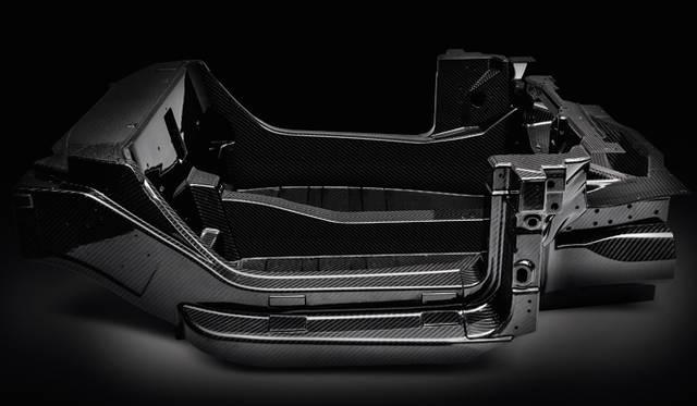 """炭素繊維樹脂(CFRP)で作られたモノコックボディ。オートクレーブを使った""""プリプレグ""""方式という、CFRP界においては最強の成型方法を採った。モノコックボディ単体で、わずかに65kg。車両重量は、なんと895kgで、肝心のパワーウェイトレシオはといえば、4kg以下(最小重量仕様で3.85)だ"""