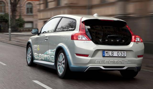 実験に供された車両に搭載されるモーターは最高出力89kW(120ps)を発揮。バッテリー容量は24kWh