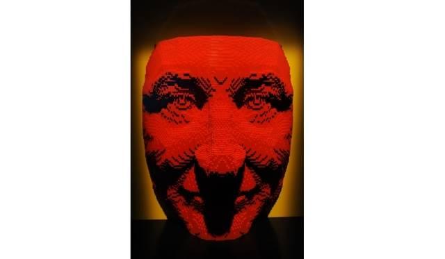 <strong>ART FILE 25|「THE ART OF THE BRICK」</strong> 「Face Mask」1万770個のレゴブロックで作られた、アーティスト ネイサン・サワヤのポートレート