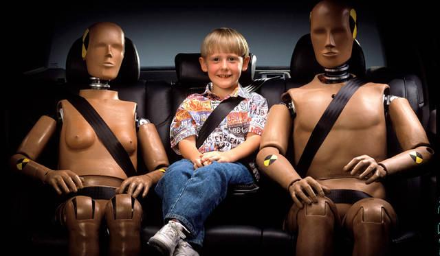 リアセンター席の3点式ベルトは1986年に発表