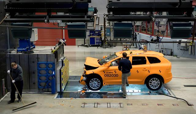 2000年には、ホンダの発表とほぼ同時期となる世界でもっとも早いタイミングで、大規模な屋内全天候型の衝突実験設備を完成させたボルボ