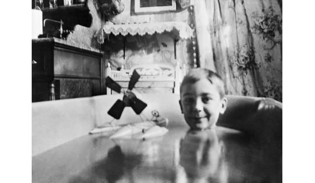 <strong>ART|東京都写真美術館で『植田正治とジャック・アンリ・ラルティーグ-写真であそぶ-』</strong> ぼくの空中プロペラ式水上滑走艇、板の上に取り付けた「ゴーモン・ブロックノート」カメラを使ってお風呂の中で撮った写真、シャッターはママンが切った、コルタンベール通り40番地、パリ、1904年 Photographie J H Lartigue &#169;Minist&#232;re de la Culture - France / AAJHL