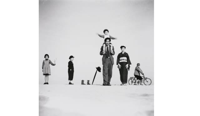 <strong>ART|東京都写真美術館で『植田正治とジャック・アンリ・ラルティーグ-写真であそぶ-』</strong> 植田正治 パパとママとコドモたち(I) 1949年