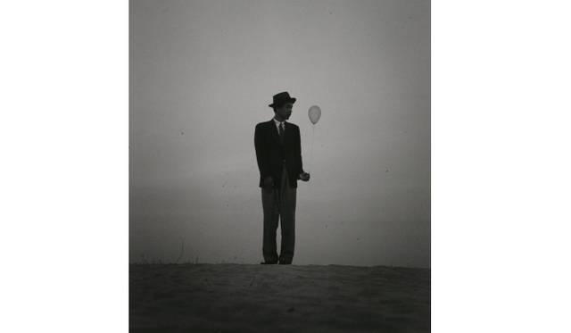 <strong>ART|東京都写真美術館で『植田正治とジャック・アンリ・ラルティーグ-写真であそぶ-』</strong> 植田正治 風船を持った自画像(II)1948年頃