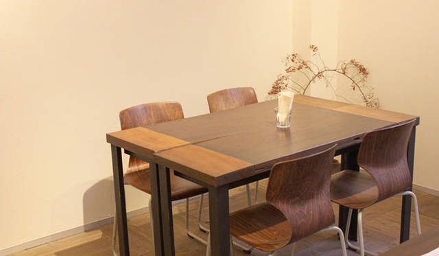 <strong>cafe&gallery|カフェ&ギャラリー</strong> 「フロマエcaf&#233;&ギャラリー」 設計担当のGN建築デザイン室前田氏のデザインによる古材のテーブル