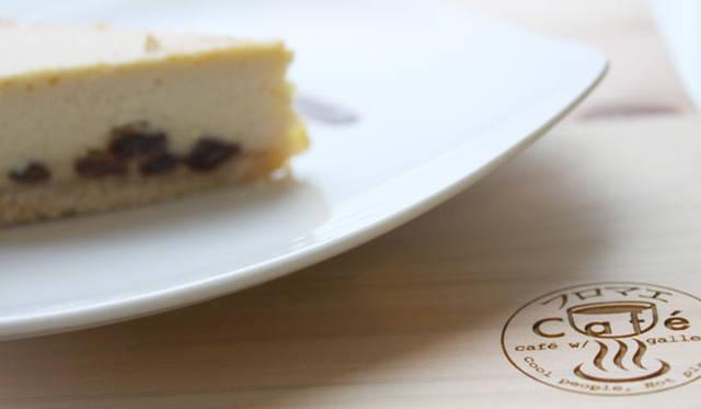 <strong>cafe&gallery|カフェ&ギャラリー</strong> 「フロマエcaf&#233;&ギャラリー」 デリプレートは四国土佐の四万十ひのきの間伐材を使ったプレートで提供される。ロゴデザインとプレートデザインはデザイナーYoko Ueno Lewisさんによるもの