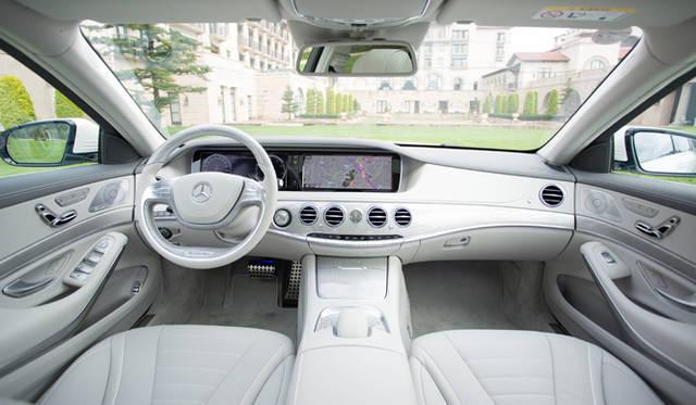 重厚なドアを開けて運転席を見まわすと、高級車とはかくあるべき、といいたくなるインテリアが広がる。これまでのモデルであれば、どうしても既存車からの流用パーツが目にとまるものだったが、そうした印象は皆無だ