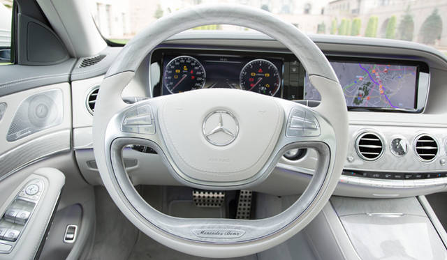 メーターナセルに備わる、12.3インチの大型ワイド液晶画面を2面横並びに繋げた斬新なパネルデザイン。スピードメーターやタコメーター以外に、カーナビの画面やオーディオ、エアコンといった車両設定画面などが表示される