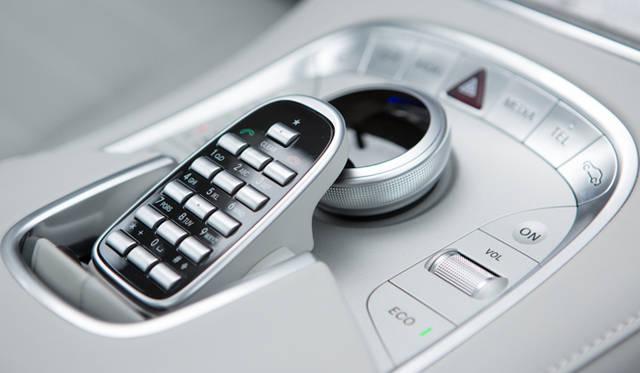 カーナビの画面やオーディオ、エアコンといった車両設定は、画面を見ながら、お馴染みのダイヤル式コントローラーで直感的におこなえる。しかし、こうしたダイヤル式の操作が苦手な向きには、集中コントロール系統とは別に個別のショートカットスイッチも用意されているので、操作に迷う心配はないだろう