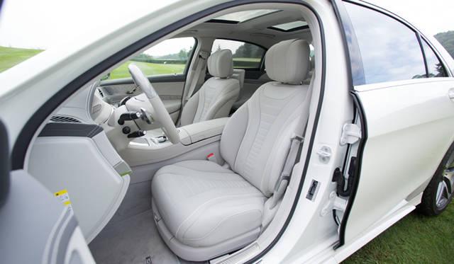 シートは質感が高く、まさにラグジュリーのひとこと。このシートひとつとっても、Sクラスのレベルが理解できる。ほぼどんな体型のドライバーであっても、適切なドライビングポジションに調整可能だ。このシートには、14個のエアクッションを内蔵したマッサージ機能も標準装備される