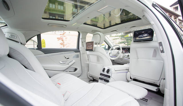 Sクラスの使われ方として、多くの需要があるショーファードリブンカーとして見た場合は、43.5度までリクライニング可能なエグゼクティブシートを助手席側後席に装備するショーファーパッケージを用意