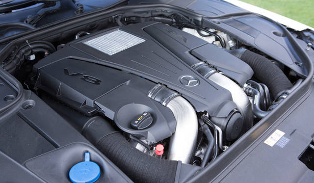 最高出力335kW(455ps)の実力を持つ4.7リッターV型8気筒直噴DOHCツインターボチャージャーエンジンを搭載する「S 550 ロング」