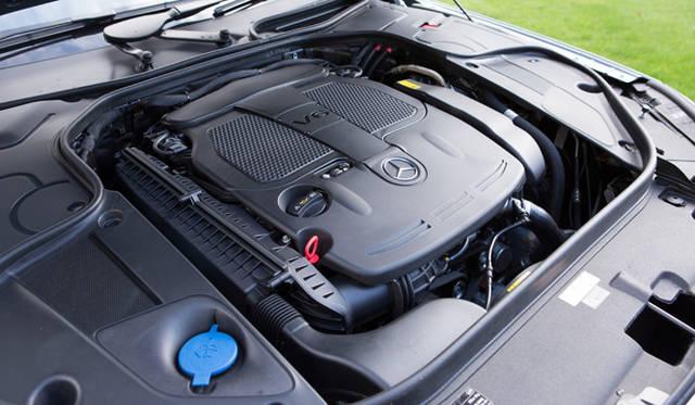 エントリーモデルにしてハイブリッドという、最高出力225kW(306ps)3.5リッターV6直噴エンジンに最高出力20kW(27ps)の第2世代ハイブリッドシステムを組みあわせた「S 400 ハイブリッド」