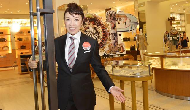 2013年11月11日(月)AM11:00、バーニーズ ニューヨーク銀座店の開店と同時に、松任谷由実さんがドアマンとして登場