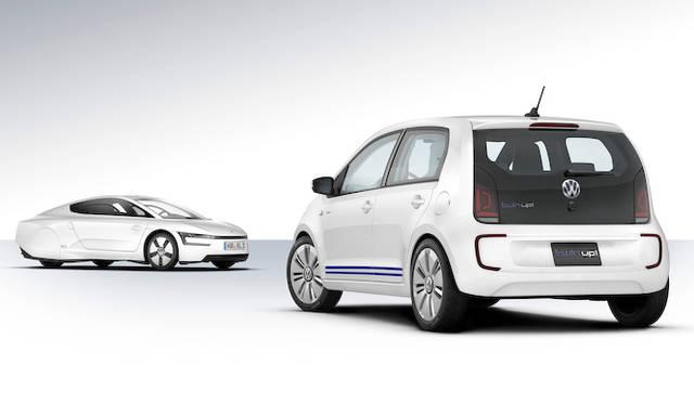 奥は、カーボン製の2人乗りボディに、おなじパワートレインを搭載し100km/ℓを達成した「XL1」。欧州では発売が決定している