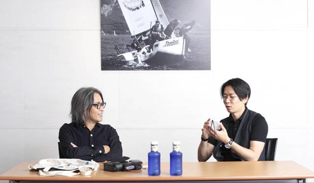"""ゲストの谷川じゅんじ氏(左)と丸若氏。写真中央部の青いボトルは、本連載のサポーターである株式会社スリーボンドの関連会社、「スリーボンド貿易株式会社」が取り扱っているスペインの水、「ソラン・デ・カブラス」。ソフトな口当たりのナチュラルミネラルウォーターだ。(スリーボンド貿易株式会社 Tel. 03-5447-6991) <a href=""""http://www.threebond-trading.co.jp/"""">http://www.threebond-trading.co.jp/</a>"""