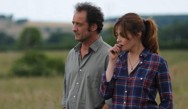 息子アランを演じるのは繊細な感情表現に長けた演技派として評価の高いヴァンサン・ランドン(左)。そして、アランがボーリング場で出会う女性クレメンスを、ロマン・ポランスキー監督夫人としても知られる女優エマニュエル・セニエ(右)が演じている © TS Productions - Arte France Cinema - F comme  Films - 2012