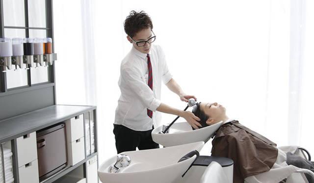 <strong>uka|ウカ</strong>  uka各店では、お客さまの頭皮・毛髪をカウンセリングし、最適なウカ ヘッドセラピー シリーズのシャンプー&トリートメントを使用している