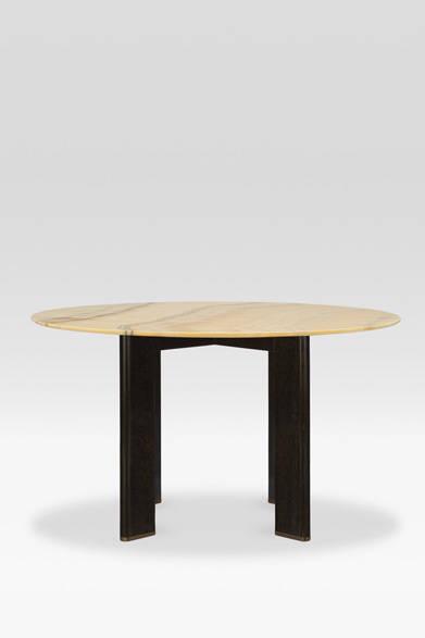 <strong>ARMANI / CASA</strong>  NEW COLLECTION 2013-2014 テーブル「GIOVE(ジョーヴェ)」256万6200円<br>テーブルトップに大理石オニキスの一枚板を用いた贅たくなラウンドテーブルは世界13台限定。薄くかつ丸く仕上げた縁は、非常にエレガントで希少性が高く、板状にした脚も洗練されたデザインで、ラグジュアリー感が存分に楽しめる