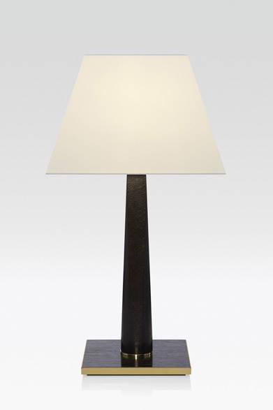 <strong>ARMANI / CASA</strong>  NEW COLLECTION 2013-2014 テーブルランプ「GAMMA(ガンマ)」37万8000円<br>ステム部分が上に向かって円形から四角形に変化するフォルムが個性的なテーブルランプ。木質の質感も存分に楽しめる重厚感あるデザイン