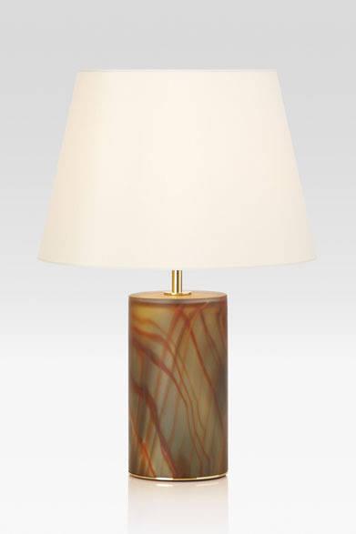 <strong>ARMANI / CASA</strong>  NEW COLLECTION 2013-2014 テーブルランプ「GILDA(ギルダ)」31万7100円<br>ベース部分がムラノガラスのテーブルランプ。ベース内部にはLEDが仕込まれ、オレンジとグレーのマーブル模様がガラス越しの柔らかい光となって浮かびあがる。シェードのみ、ベースのみ、シェード&ベースの3パターンで光を楽しむことができる
