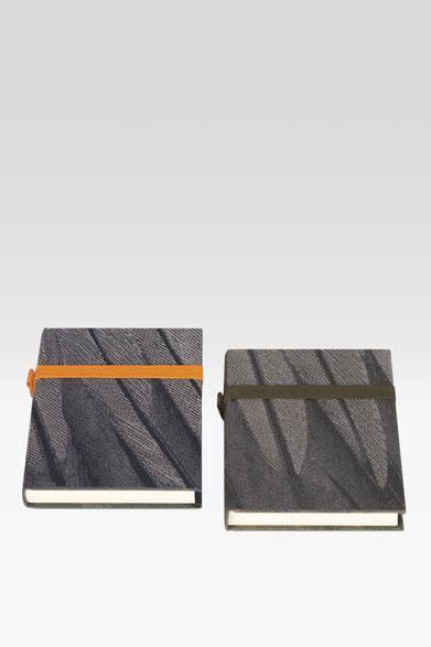 """<strong>ARMANI / CASA</strong>  NEW COLLECTION 2013-2014 ノートブック「GHIBLY(ジブリー)」各1万2600円<br>アルマーニ/ カーザ エクスクルーシブテキスタイルを用いた多目的に使用できる無地のノートブック。背表紙に""""GA""""ロゴパーツを用いたゴムバンド付き"""