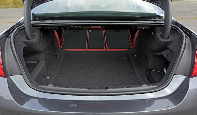 トランク容量は445リットルを確保。リアシートは標準で60:40分割可倒を採用し、拡張も可能とする。さらに写真のモデルはオプションのスルーローディングシステム(2万8,000円)にすると、40:20:40の分割式となる