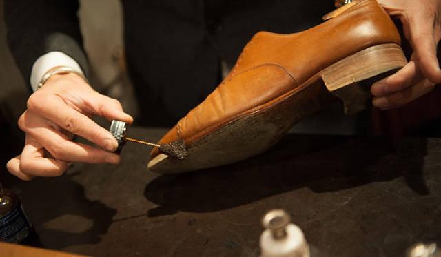 表革の手入れ(3) コバ部分にコバインクを塗る