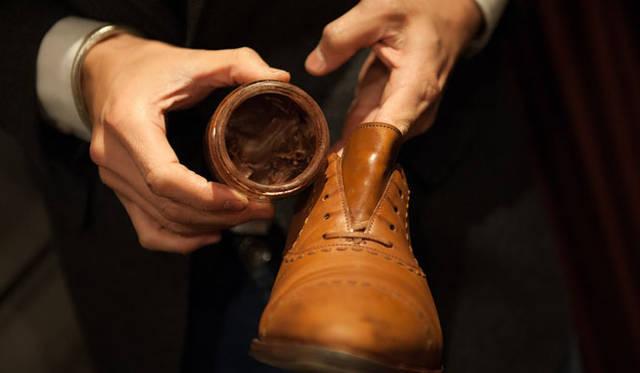 表革の手入れ(7) 元の革の色はシューレースを外したタンの色を目安に。「靴を買ったときに革の色に合うクリームを購入するのもいいですね」と長谷川氏