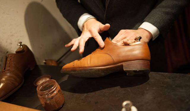 表革の手入れ(8) ブリフトアッシュではクリームは指で塗り込んでいく。「指で温めながらやると染みこんでいくんです」という。家では布を巻いてやるのが無難だ