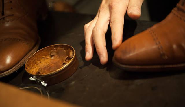 表革の手入れ(13) つぎにポリッシュのためのワックスを。これもまず指で丁寧に